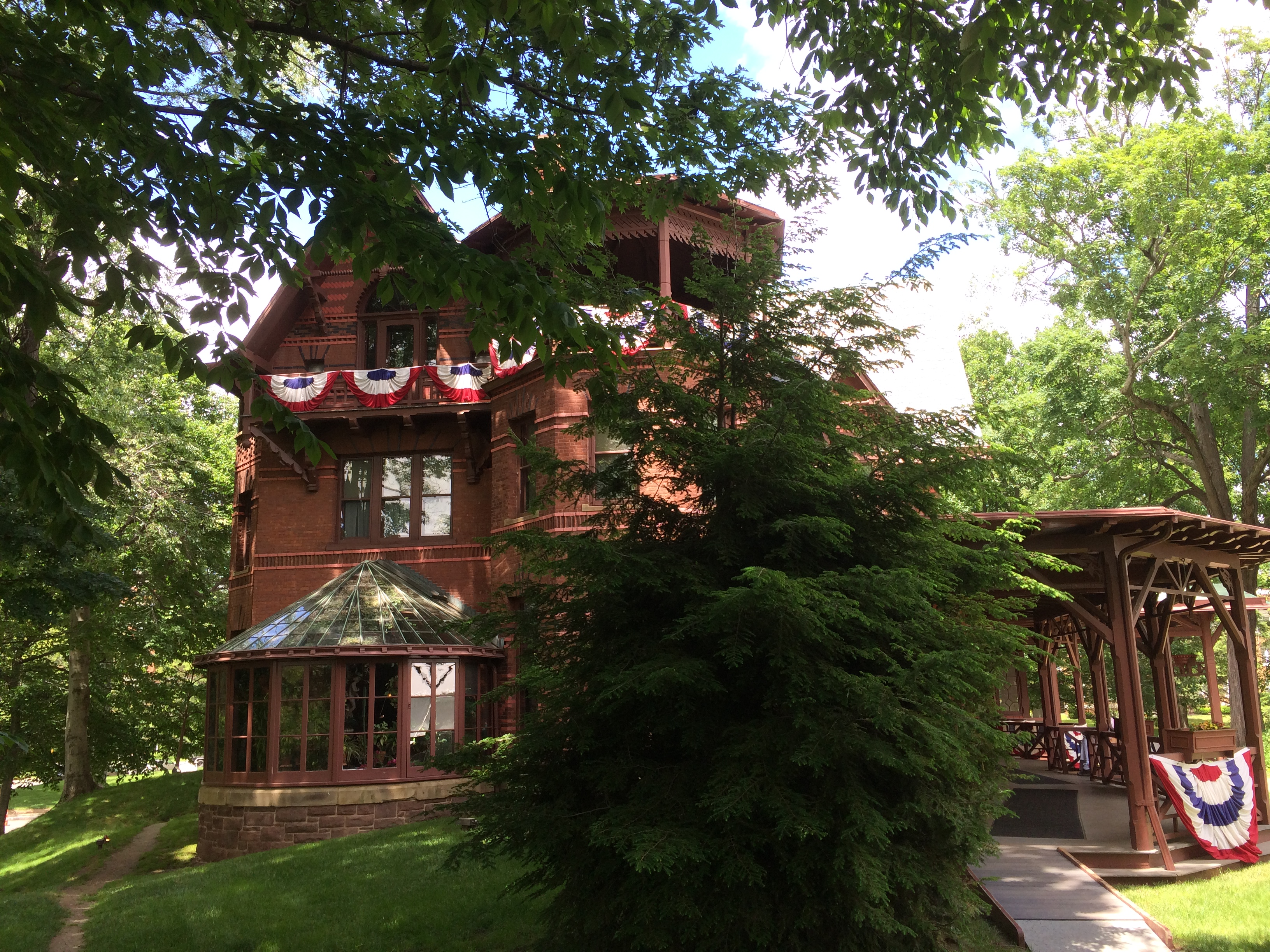 itself b vermont old business img is and elegance seasons four fashioned open destination amenities rose house country sharon in stone a blending springs with modern bed breakfast grand