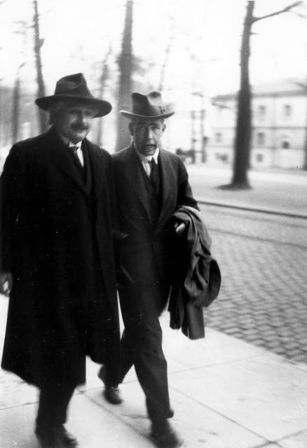 Einstein and Bohr_2